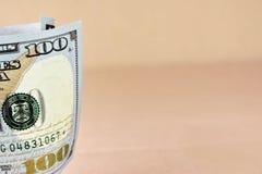 Nuova banconota in dollari rotolata dell'americano cento Fotografia Stock Libera da Diritti