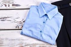 Nuova camicia blu-chiaro piegata delle ragazze Fotografia Stock Libera da Diritti