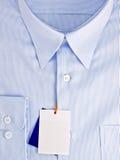 Nuova camicia blu con il contrassegno in bianco immagine stock libera da diritti