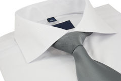 Nuova camicia con una cravatta a strisce grigia su un bianco Fotografia Stock Libera da Diritti
