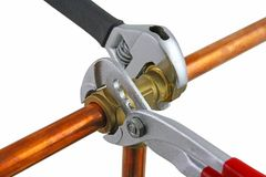 Nuova canalizzazione di rame che è regolato con le chiavi Fotografia Stock