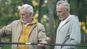 Nuova canna da pesca invecchiata di rappresentazione maschio all'amico, hobby del pensionato, unità archivi video