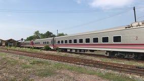 Nuova carrozza ferroviaria del treno nessuna 11 Uttaravithi fra Bangkok e Chiang Mai stock footage