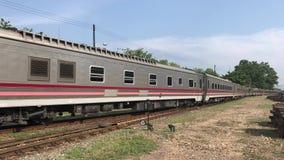 Nuova carrozza ferroviaria del treno nessuna 11 Uttaravithi fra Bangkok e Chiang Mai archivi video