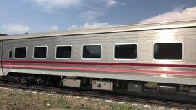 Nuova carrozza ferroviaria del treno nessuna 11 Uttaravithi fra Bangkok e Chiang Mai video d archivio