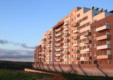 Nuova casa con gli appartamenti durante il tramonto fotografia stock libera da diritti