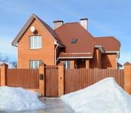 Nuova casa con mattoni a vista del paese nell'inverno Immagini Stock Libere da Diritti