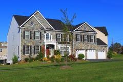 Nuova casa con un garage delle tre automobili Fotografia Stock
