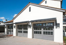 Nuova casa con un garage di quattro automobili Fotografie Stock Libere da Diritti