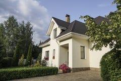 Nuova casa con un giardino in una zona rurale Immagini Stock