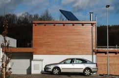 Nuova casa costruita con i comitati solari sul tetto per il riscaldamento dell'acqua Fotografia Stock Libera da Diritti