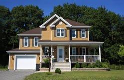 nuova casa americana classica esterna nella sorgente