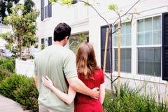Nuova casa delle giovani coppie felici Fotografia Stock