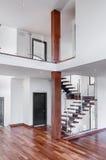 Nuova casa delle scale di mogano contemporanee con la posta e la galleria Immagine Stock Libera da Diritti