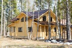 Nuova casa di campagna di legno in foresta Fotografia Stock