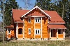 Nuova casa di campagna di legno in foresta Immagine Stock