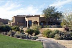 Nuova casa di lusso moderna di terreno da golf del deserto Fotografia Stock Libera da Diritti