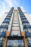 Nuova casa di palazzo multipiano su un fondo di cielo blu Vista dal basso verso l'alto Fotografie Stock Libere da Diritti