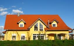 Nuova casa gialla Fotografie Stock Libere da Diritti