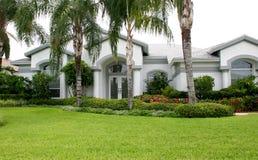 Nuova casa lussuosa in tropici Fotografia Stock Libera da Diritti