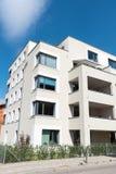 Nuova casa multifamiliare bianca a Berlino Immagine Stock Libera da Diritti