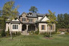 Nuova casa suburbana dell'alta società Immagine Stock