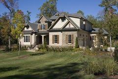 Nuova casa suburbana dell'alta società Fotografia Stock