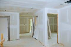 Nuova costruzione della stanza dell'interno del pannello di carta e gesso del muro a secco fotografia stock libera da diritti