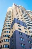 Nuova costruzione di appartamento alta contro il fondo del cielo Fotografia Stock