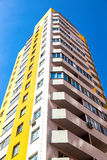Nuova costruzione di appartamento alta contro il fondo del cielo blu Immagine Stock Libera da Diritti