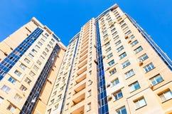 Nuova costruzione di appartamento alta contro il fondo del cielo blu Fotografie Stock Libere da Diritti