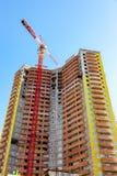 Nuova costruzione di appartamento alta in costruzione con i agains della gru Fotografia Stock Libera da Diritti