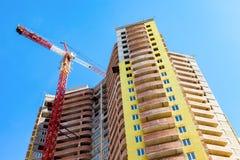 Nuova costruzione di appartamento alta in costruzione con la gru Fotografie Stock