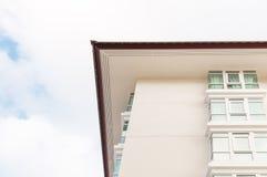 Nuova costruzione di appartamento sopra il cielo blu Fotografia Stock