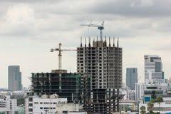 Nuova costruzione di edifici in un'area urbana molto congestionata Immagine Stock