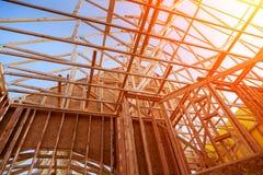 Nuova costruzione domestica configurazione con la struttura di legno della capriata, della posta e del fascio fotografia stock