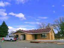 Nuova costruzione domestica, nuovo tetto di mattonelle Fotografia Stock