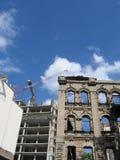 Nuova costruzione nella vecchia città Fotografia Stock Libera da Diritti