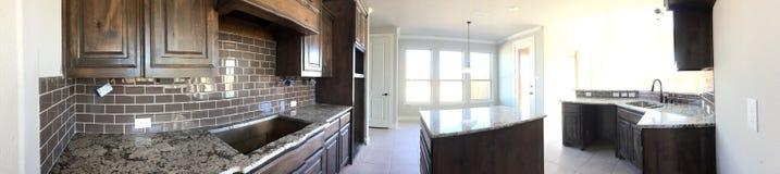 Nuova cucina con il contatore dell'isola in costruzione Fotografie Stock