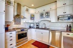 Nuova cucina di lusso bianca con gli apparecchi moderni. fotografia stock