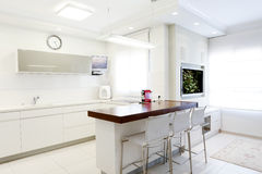 Nuova cucina in una casa moderna Fotografia Stock