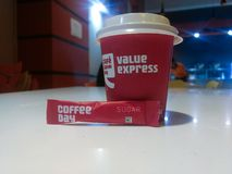 NUOVA DELHI, INDIA - 25 marzo 2019: caffè di giorno del caffè del caffè con il sacchetto dello zucchero fotografie stock