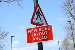 Nuova disposizione della strada avanti Firmi dentro il Regno Unito immagini stock
