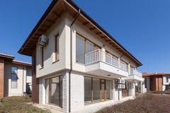 Nuova e casa suburbana vuota vicinanza Fotografie Stock