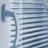 Nuova finestra di plastica moderna e stanze interne Ciechi in una casa che prende la luce solare fotografia stock
