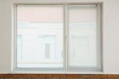 Nuova finestra moderna con i ciechi all'interno immagini stock libere da diritti