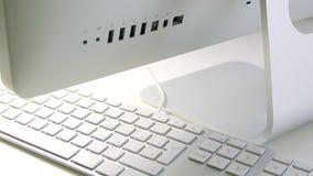 Nuova mano dell'uomo di iMac dei calcolatori Apple che scrive sulla tastiera video d archivio