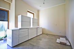 Nuova mobilia bianca della cucina Fotografie Stock