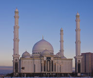 Nuova moschea a Astana su una sera di inverno. immagine stock libera da diritti