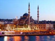 Nuova moschea di Istanbuls alla notte Immagini Stock